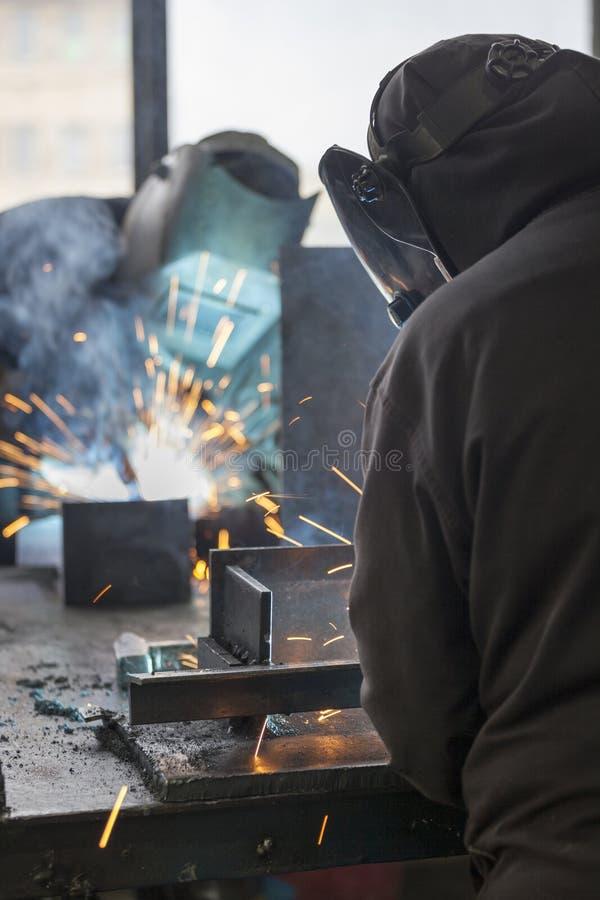 Soldadura de los trabajadores industriales foto de archivo