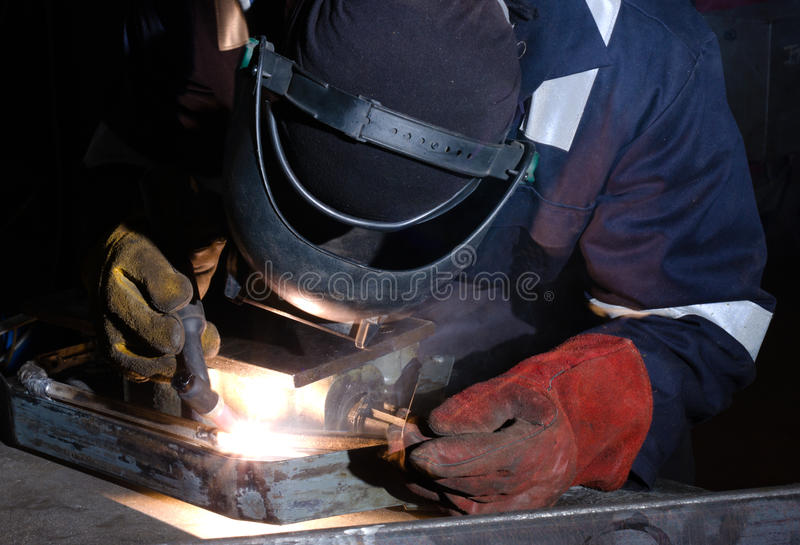 Soldadura de TIG do fim do frame do metal acima foto de stock