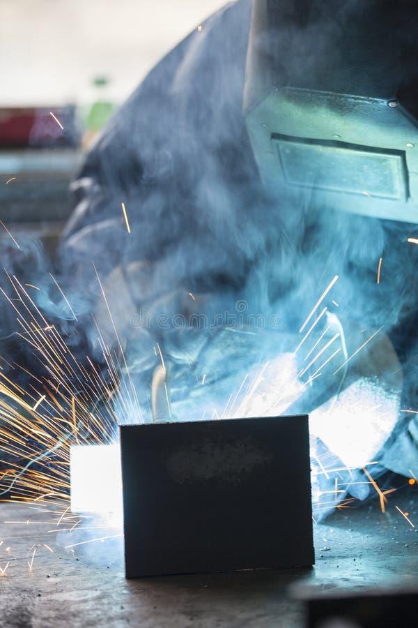 Soldadura del trabajador industrial fotografía de archivo