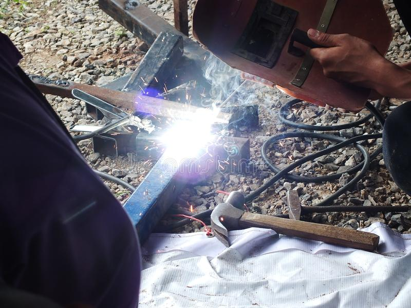 Soldadura do ferro com fa?sca no trabalho industrial fotos de stock