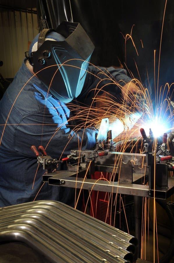 Soldadura do soldador em uma fábrica industrial imagens de stock royalty free