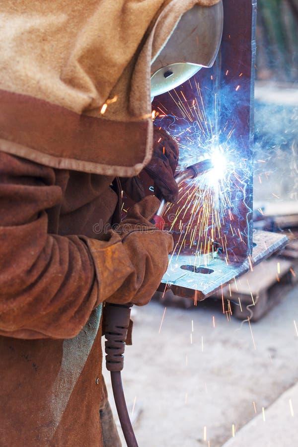 Soldadura do trabalhador em uma fábrica Solda em uma planta industrial imagens de stock royalty free