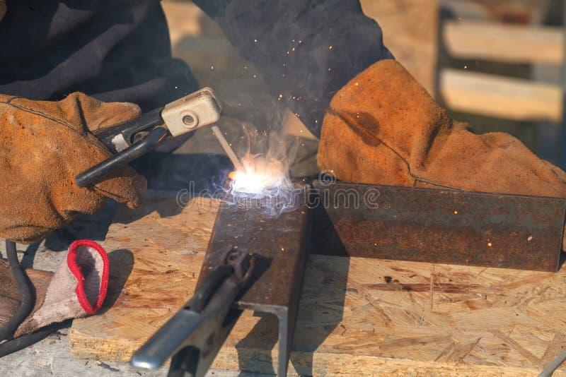 Soldadura do trabalhador em uma f?brica Solda em uma planta industrial fotografia de stock royalty free