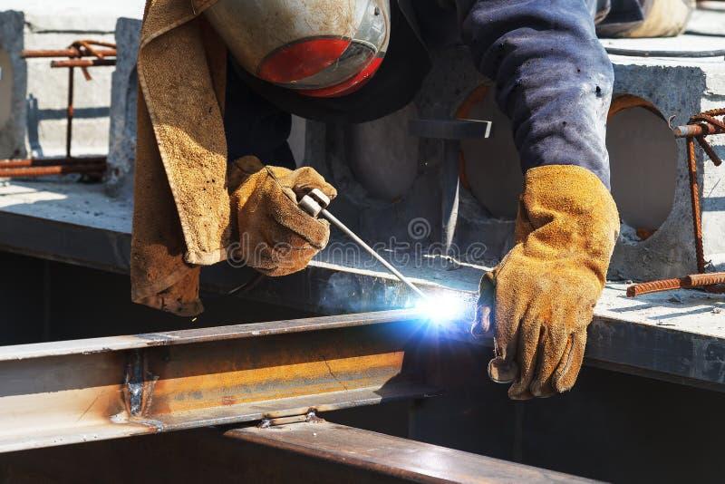 Soldadura do trabalhador em uma f?brica Solda em uma planta industrial fotos de stock