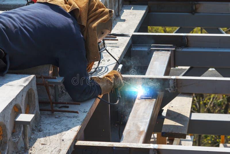 Soldadura do trabalhador em uma f?brica Solda em uma planta industrial foto de stock royalty free
