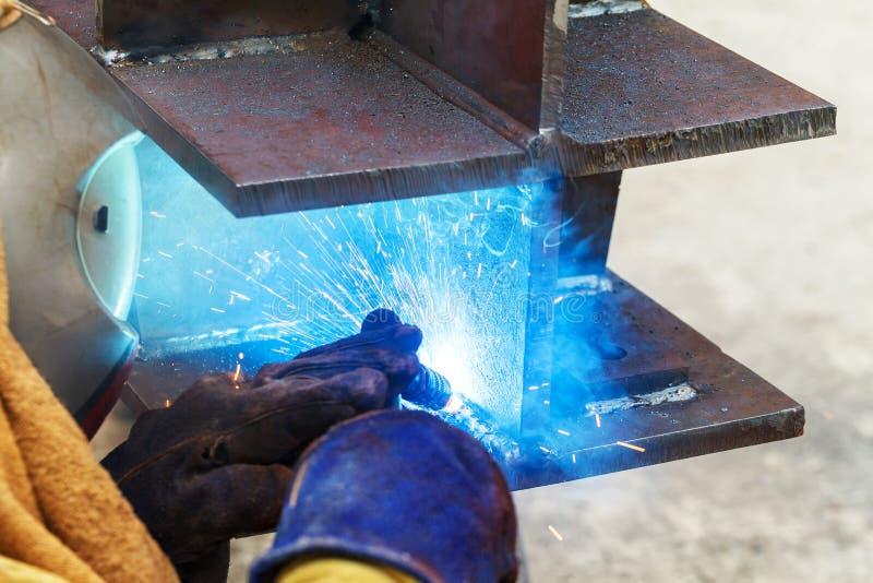 Soldadura do trabalhador em uma f?brica Solda em uma planta industrial imagens de stock royalty free