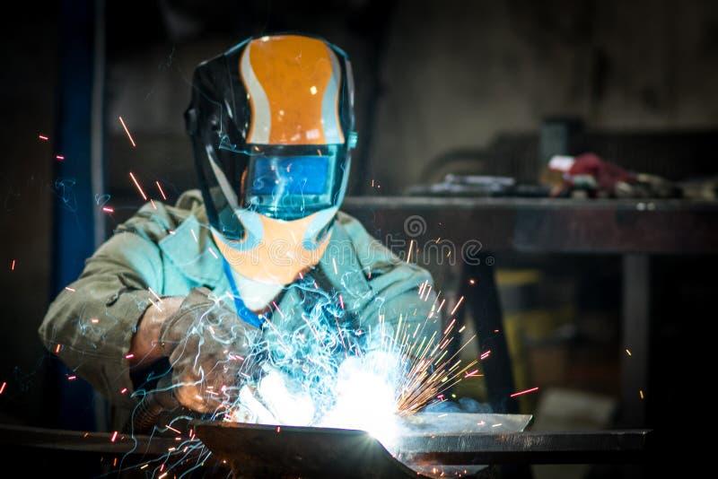 Soldadura do trabalhador industrial fotos de stock royalty free