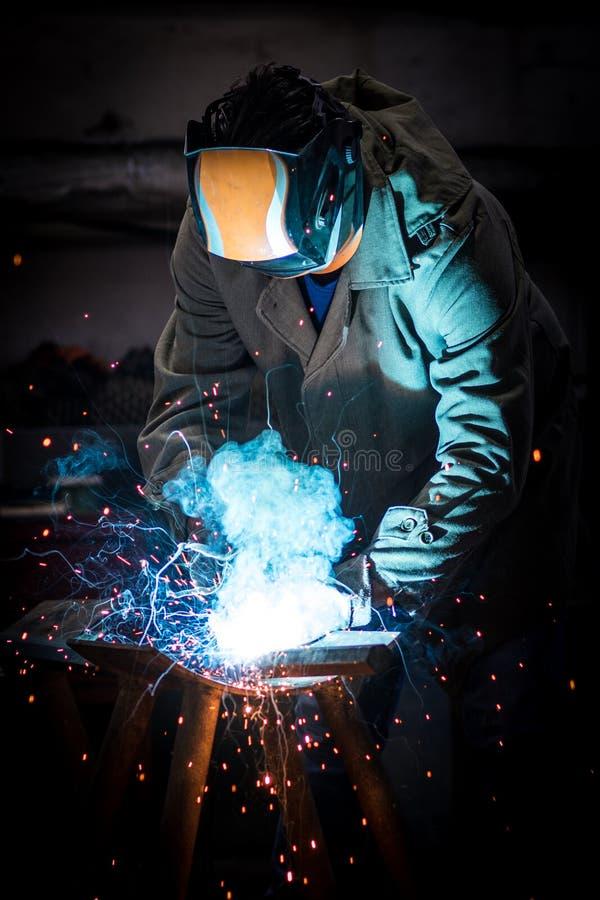 Soldadura do trabalhador industrial imagem de stock