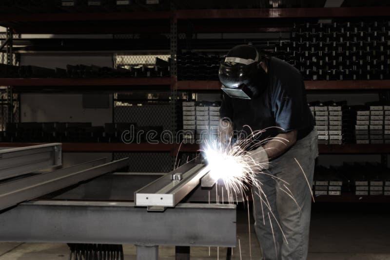 Soldadura industrial con las chispas foto de archivo libre de regalías