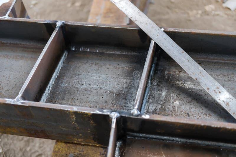 Soldaduras de las estructuras del metal hechas por la soldadura semiautomática foto de archivo