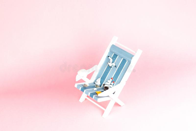 Soldagdrivare som isoleras p? rosa bakgrund Tropisk semesterbakgrund Soldagdrivare p? den sandiga ?n, kopieringsutrymme arkivfoton
