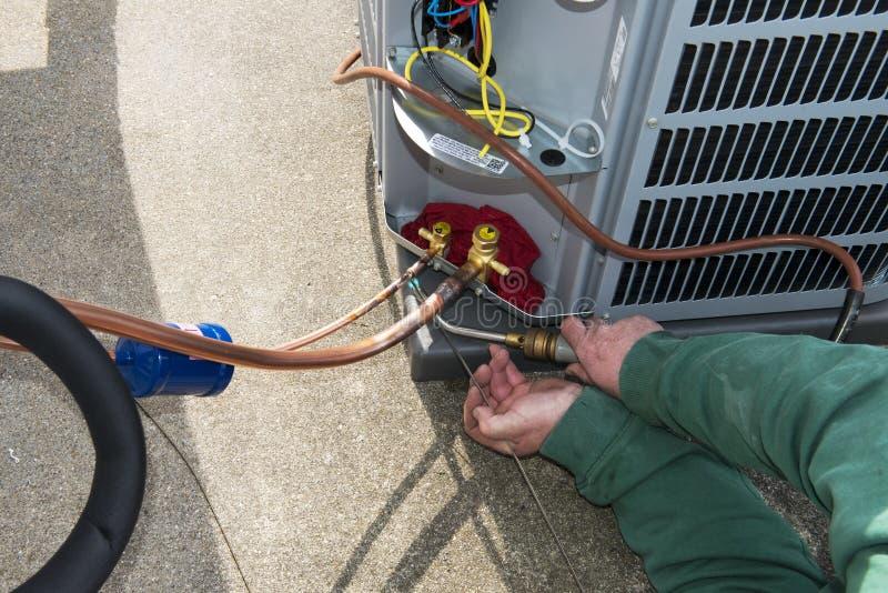 Soldando, instale a unidade central da C.A. do condicionador de ar imagens de stock