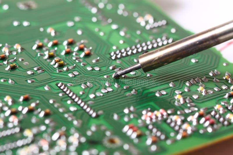 Soldando uma placa de circuito imagem de stock royalty free