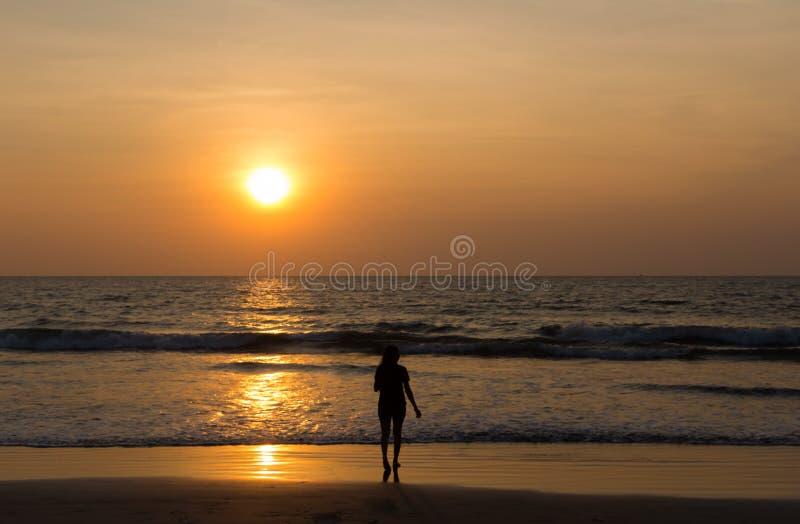 Soldansflicka på stranden royaltyfri bild