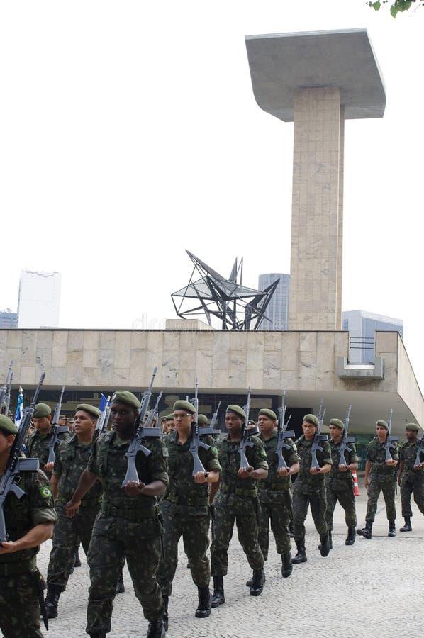 Soldas na frente do monumento aos mortos da segunda guerra mundial foto de stock