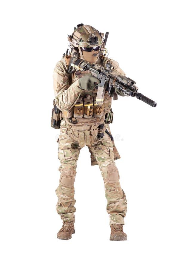 Soldat équipé d'armée visant la pousse de studio de fusil images libres de droits