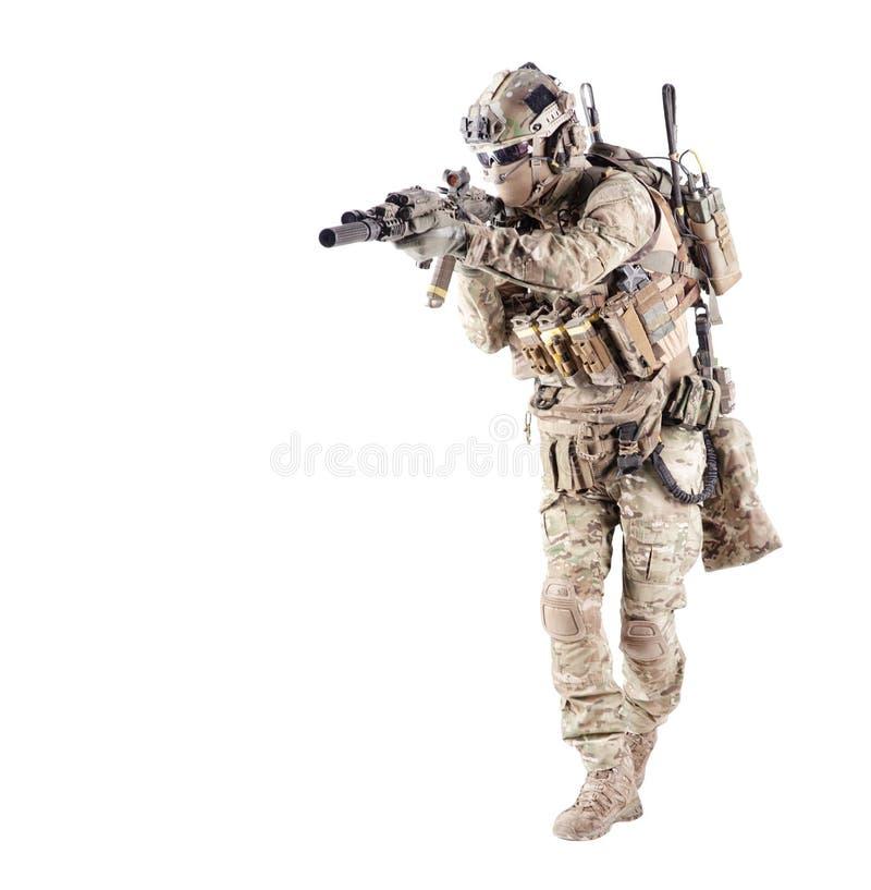 Soldat équipé d'armée visant la pousse de studio de fusil photo stock