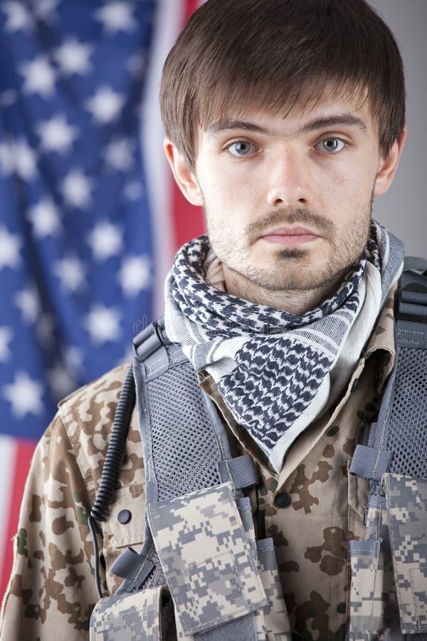 Soldat über amerikanischer Flagge lizenzfreies stockbild