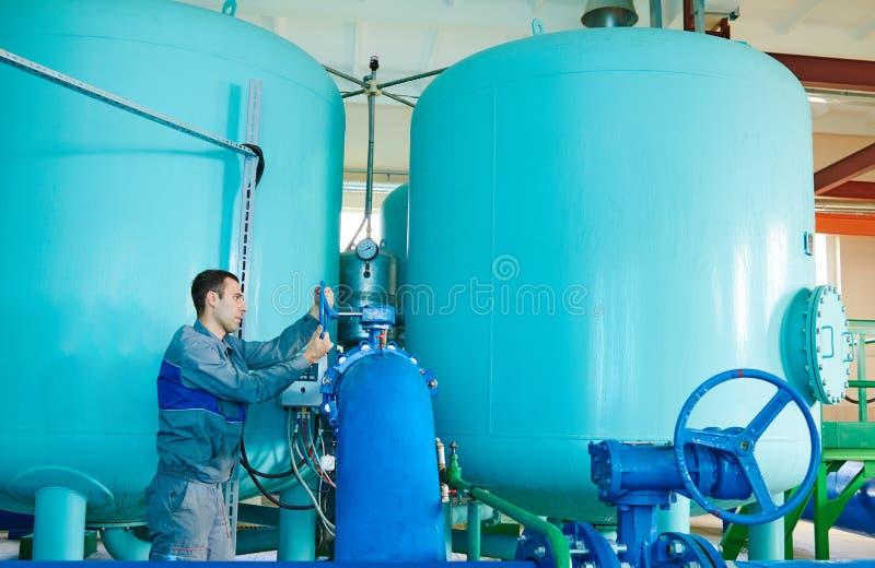 Soldat actionnant l'équipement industriel de purification ou de filtration d'eau photographie stock