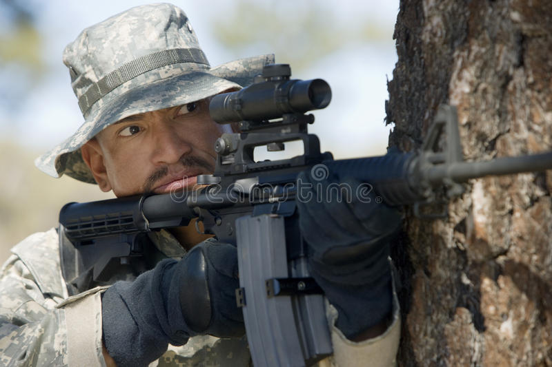 Soldat Aiming Machine Gun photo libre de droits