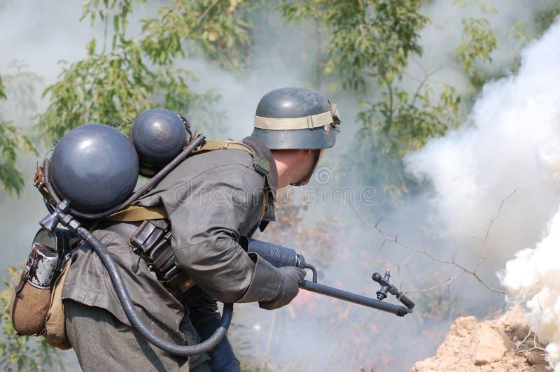 Soldat allemand avec le lance-flammes photos libres de droits