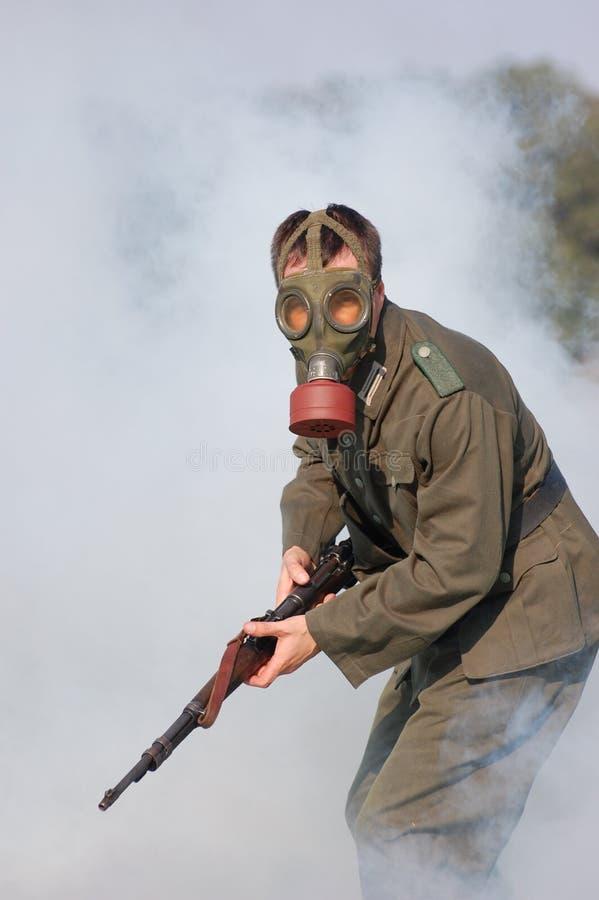 soldat allemand dans le masque de gaz ww2 reconstituant. Black Bedroom Furniture Sets. Home Design Ideas