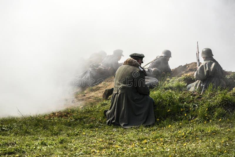 Soldat allemand Reconstruction historique, soldats combattant pendant la deuxième guerre mondiale image libre de droits