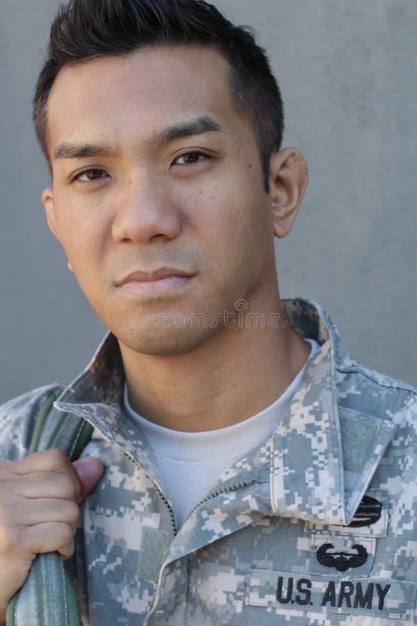 Soldat américain éthniquement ambigu de jeunes tenant le sac à dos images stock