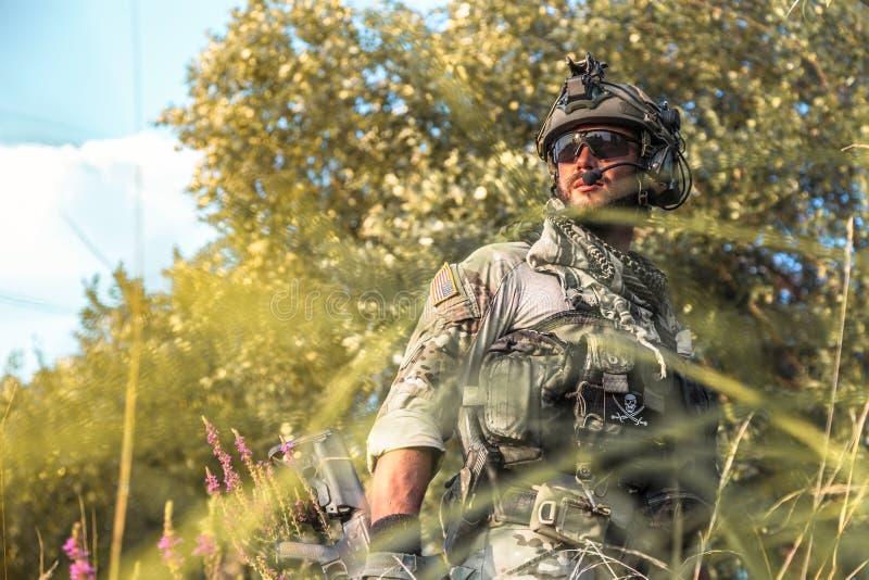 Soldat américain dans les montagnes au coucher du soleil images stock