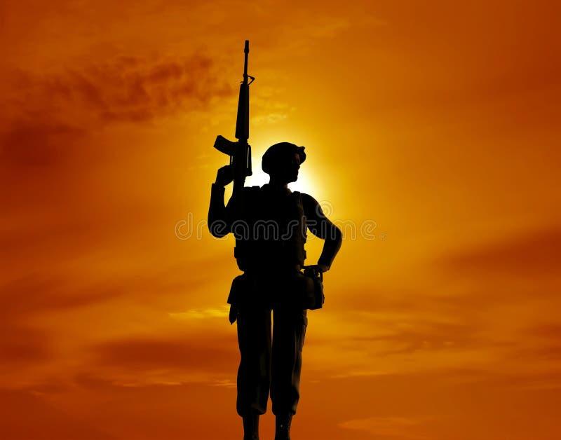 Le soldat armé photographie stock