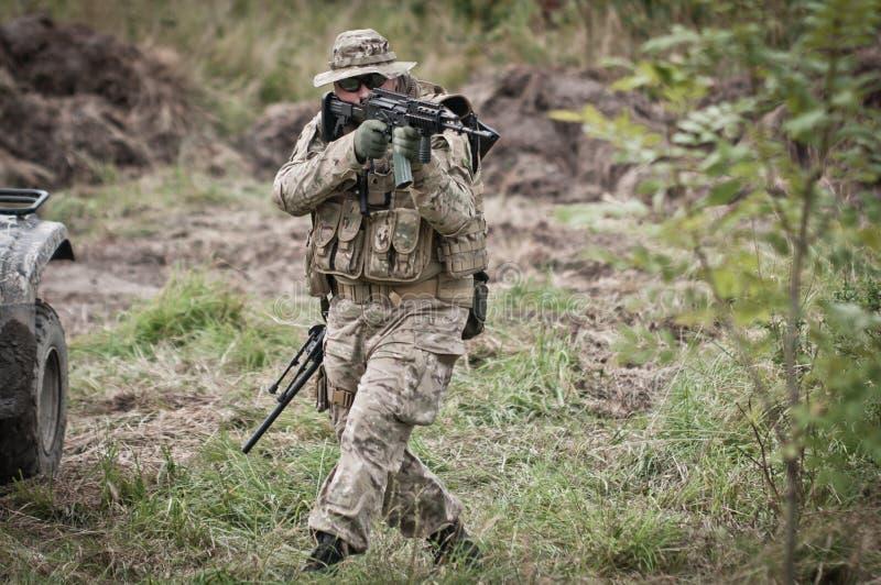 Soldat auf Patrouille lizenzfreies stockfoto