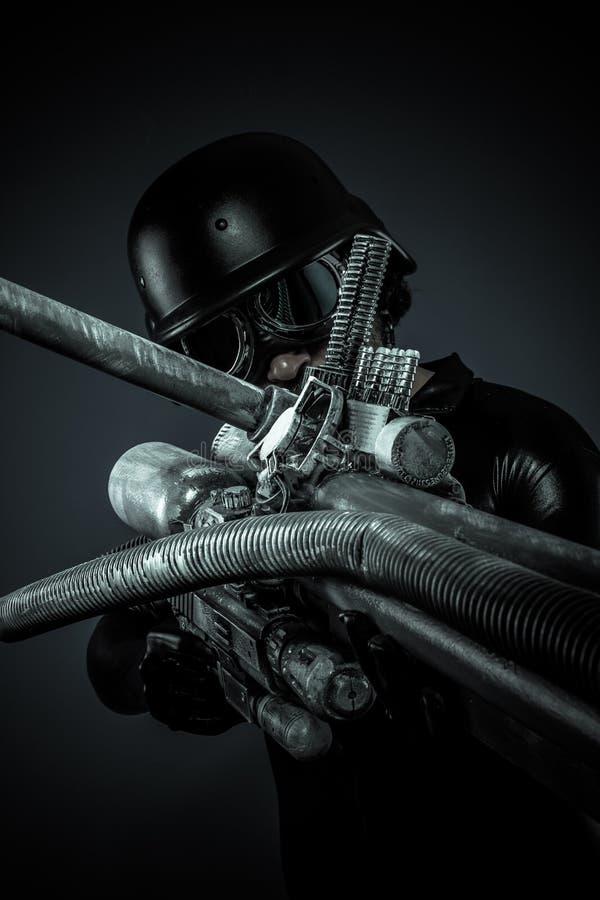 Soldat av framtiden med det enorma den laser-vapnet och kanonen som pekar arkivbild