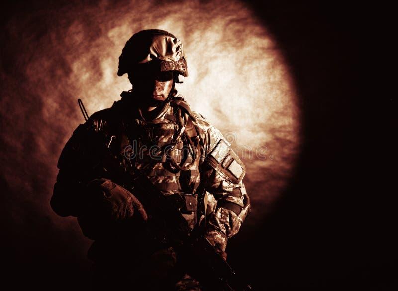 Soldat av specialförband med anfallgeväret royaltyfri fotografi