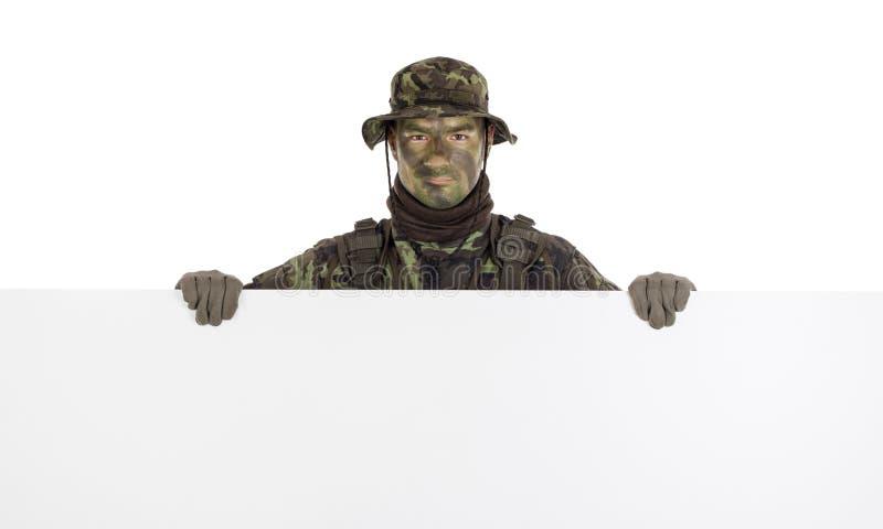 Soldat avec le conseil vide horizontal image stock