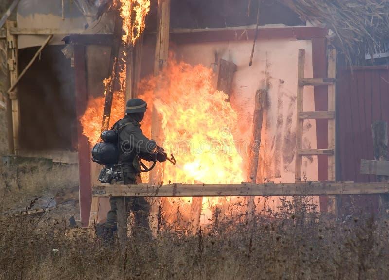 Soldat avec le lance-flammes. photo stock