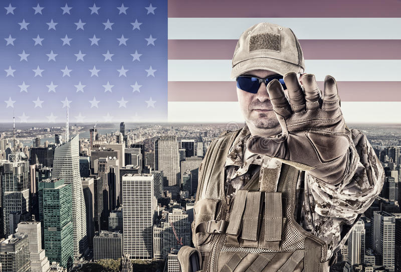 Soldat avec New York City image stock