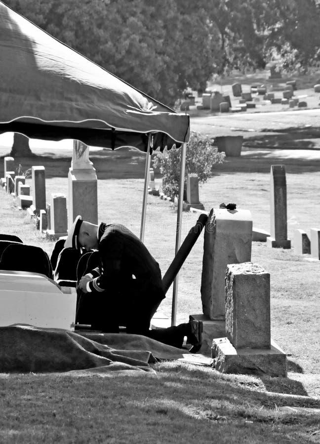 Soldat am Begräbnis stockbild