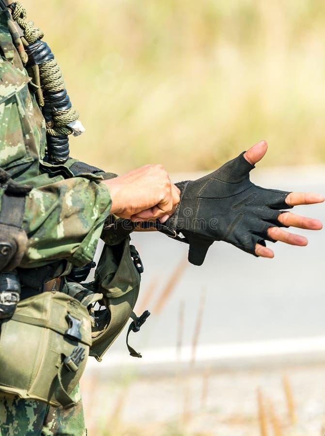 Soldat bereit zum Kriegskampf stockbild