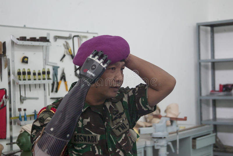 Soldat With Bionic Hand in Indonesien stockbild
