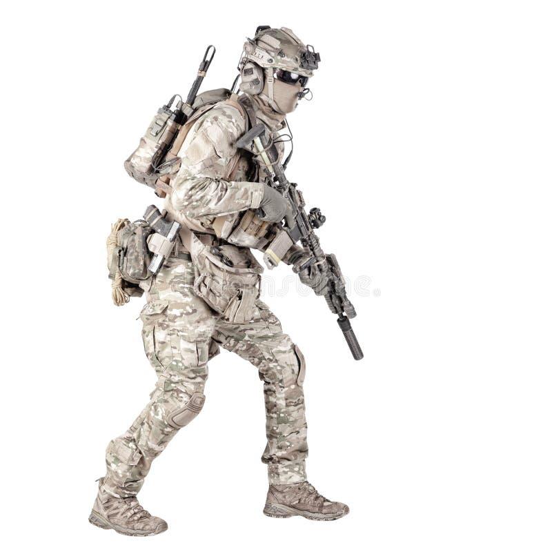 Soldat courant avec la pousse de studio d'isolement par fusil images stock