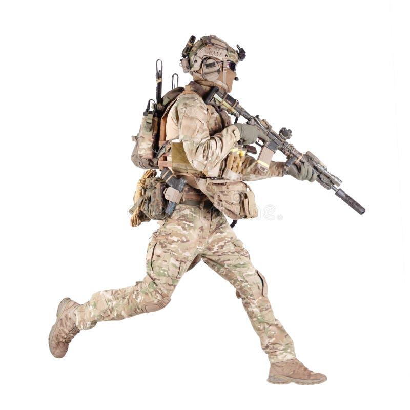 Soldat courant avec la pousse de studio d'isolement par fusil images libres de droits