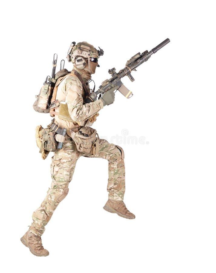 Soldat courant avec la pousse de studio d'isolement par fusil photos libres de droits