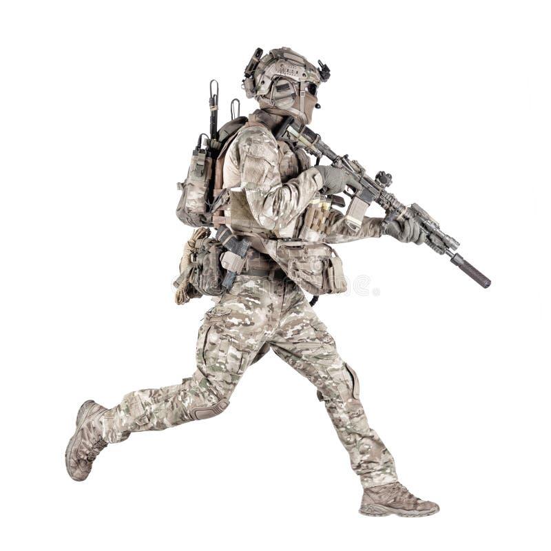 Soldat courant avec la pousse de studio d'isolement par fusil photo stock