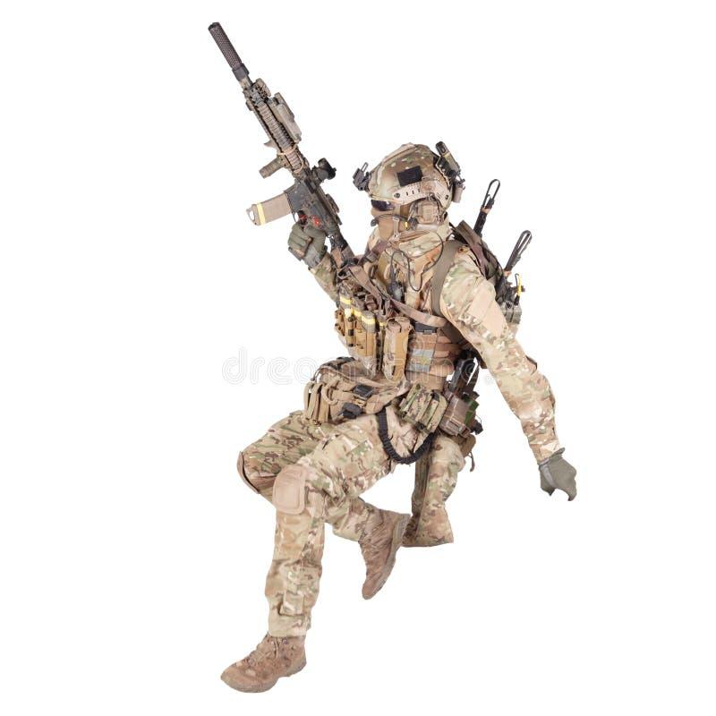 Soldat courant avec la pousse de studio d'isolement par fusil image libre de droits