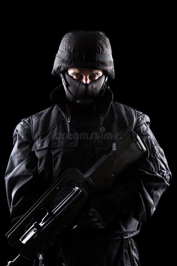 Soldat d'ops de Spéc. sur le fond noir photographie stock libre de droits