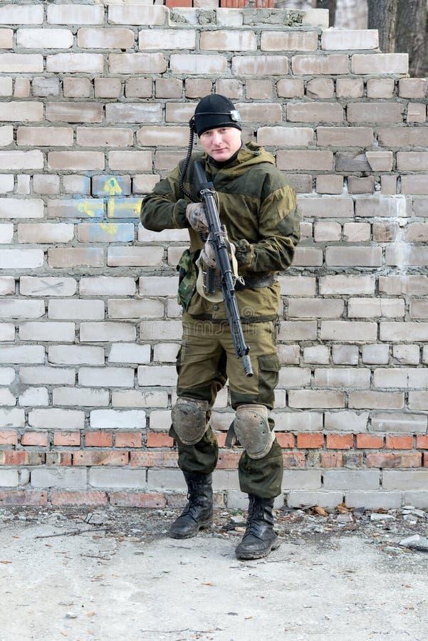 Soldat dans l'uniforme de camouflage image stock