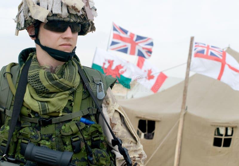 Soldat dans l'uniforme de désert image stock