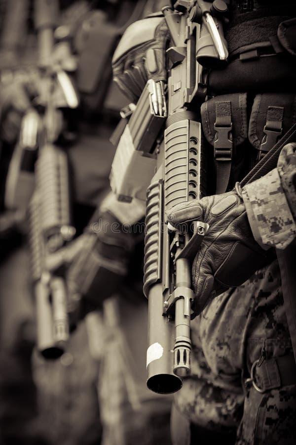 Soldat dans la formation avec le fusil d'assaut d'armo photographie stock