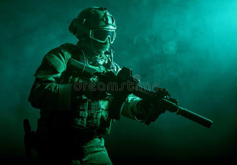 Soldat dans la fumée image stock
