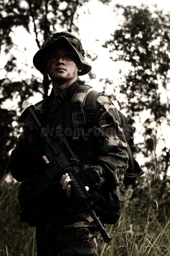 Soldat dans la jungle photos libres de droits